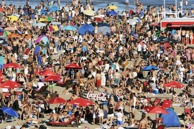 ARGENTINA.-Mar-Del-Plata.-Grande-Beach.-2014.-Expo-Martin-Parr-a-la-Plage-au-Bon-Marche-©-Martin-Parr-Magnum-Photos-Kamel-Mennour-3-1024x682