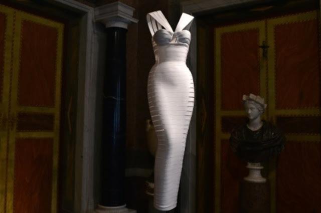 La-sculpture-souple-des-robes-d-Azzedine-Alaia-dans-l-ecrin-de-la-Villa-Borghese_article_popin