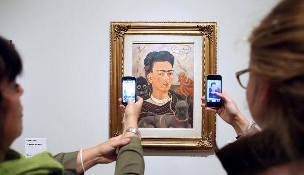 des-femmes-prennent-en-photo-un-autoportrait-de-frida-kahlo-expose-au-musee-de-l-orangerie-a-paris-le-7-octobre-2013_4114514.jpg