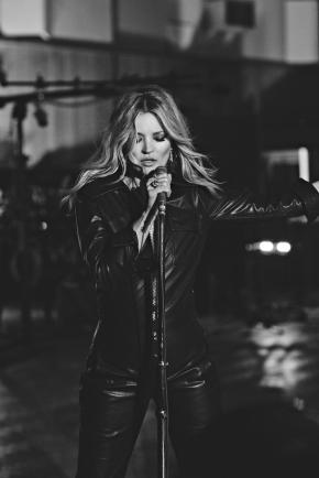 kate-moss-is-the-star-of-elvis-presleys-latest-video-body-image-1481255618