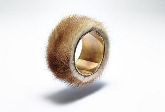 meret-oppenheim-fur-bracelet-e1481922229325