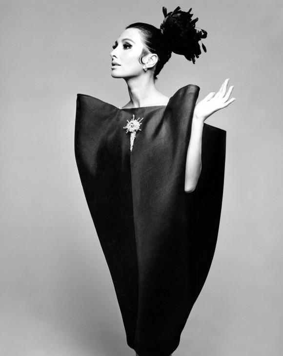 alberta-tiburzi-in-envelope-dress-by-cristobal-balenciaga-harpers-bazaar-june-1967-hiro-1967