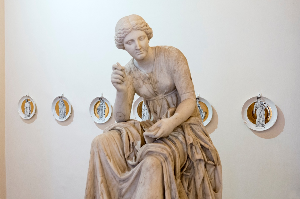14 PALAZZO ALTEMPS_STATUA DI CALLIOPE E SET DI PIATTI LE MUSE_HR