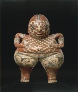 Figurine creuse féminine à décors géométriques représentant peut-être des peintures corporelles.